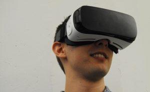 VRを楽しんでいる人の画像